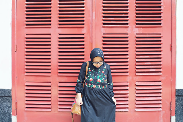woman with black dress, hunting foto di house of sampoerna